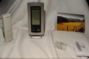 Relativ großes Display der Temperaturstation, Schrauben werden mitgeliefert